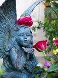 Ángel entre las flores fotografía de archivo