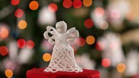 Ángel hecho a ganchillo de la Navidad que hace girar y que resbala almacen de metraje de vídeo