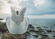 Ángel moreno que camina junto a la costa costa Imágenes de archivo libres de regalías