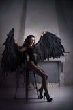 Ángel negro caido con las alas Mujer sexual Imagenes de archivo