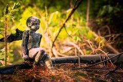 Ángel pensativo en el bosque imagen de archivo