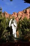 Ángel por las montañas rojas de la roca de Sedona y de la capilla cruzada santa Fotos de archivo