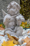 Ángel que toca un violín Imagenes de archivo