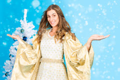 Ángel tradicional de la Navidad delante del árbol Imágenes de archivo libres de regalías