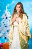 Ángel tradicional de la Navidad delante del árbol Foto de archivo libre de regalías