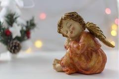 Ángel y árbol de navidad de la Navidad con las luces del bokeh en el fondo fotografía de archivo libre de regalías