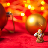 Ángel y bolas de la Navidad en fondo rojo Imagen de archivo libre de regalías