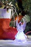 Ángel y cristmas que almacenan con los presentes Foto de archivo libre de regalías