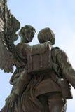 Ángel y estatua del soldado Imágenes de archivo libres de regalías