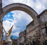 Ángel y estatuas listos para la procesión de Pascua Fotos de archivo libres de regalías