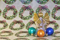 Ángel y ornamentos de la Navidad en el papel de embalaje Imagen de archivo libre de regalías