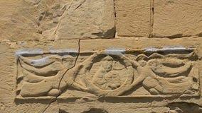 Ángeles arquitectónicos de la decoración con la cruz en la pared del monasterio de Jvari, Mtskheta almacen de video