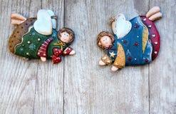 Ángeles de cerámica de la Navidad en un fondo de madera Fotografía de archivo libre de regalías