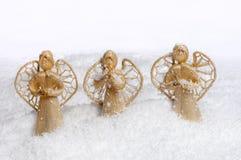 Ángeles de la Navidad en la nieve Imagen de archivo libre de regalías