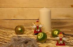 Ángeles de la Navidad, vela y bolas de la Navidad Fotografía de archivo