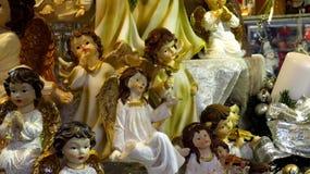 Ángeles decorativos de la Navidad en el mercado de la Navidad Imagenes de archivo