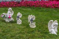 Ángeles en la hierba verde Foto de archivo libre de regalías