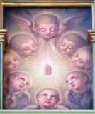 Ángeles, retablo en la basílica del corazón sagrado de Jesús en Zagreb imagenes de archivo