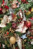 Ángeles y muchos ornamentos coloridos en los árboles de navidad Foto de archivo
