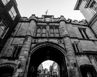 Ángulo bajo de Lincoln Guildhall Gate Fotos de archivo