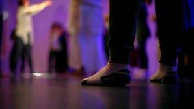 Ángulo bajo de los pies de la mujer en el baile del calcetín almacen de video