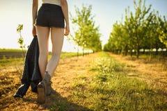 Ángulo bajo de piernas de la muchacha que camina fotografía de archivo
