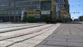 Ángulo bajo de una tranvía que pasa por Helsinki céntrica Finlandia almacen de metraje de vídeo