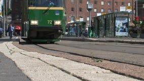 Ángulo bajo de una tranvía que pasa por Helsinki céntrica Finlandia metrajes