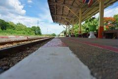 Ángulo bajo en la estación de tren de Kanchanaburi en Tailandia imagenes de archivo