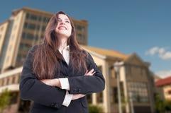 Ángulo bajo tirado de agente inmobiliario femenino alegre Imagen de archivo