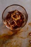 Ángulo de cámara superior para el vaso del whisky fotografía de archivo libre de regalías