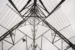Ángulo inferior tirado del pilón de la electricidad Foto de archivo libre de regalías