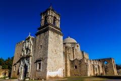 Ángulo interesante del campanario de la vieja misión española del oeste histórica San Jose Imagenes de archivo