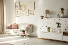Ángulo lateral de un interior de la sala de estar con el sofá blanco, etiqueta del café imagen de archivo libre de regalías