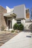 Ángulo lateral de una casa urbana contemporánea del diseñador Foto de archivo