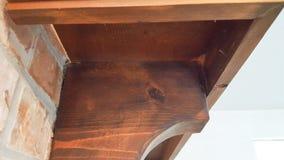Ángulos de madera contra ladrillo Foto de archivo