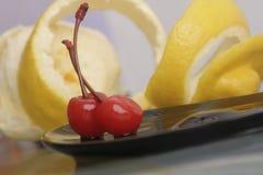 Ánimo de las cerezas y de limón del coctel Imagen de archivo