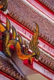 Ápice del aguilón en el tejado tailandés tradicional del templo Fotos de archivo