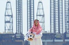 Árabe com o footbal no beira-mar Imagens de Stock