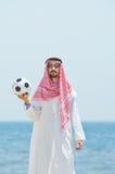 Árabe con footbal en la playa Imágenes de archivo libres de regalías