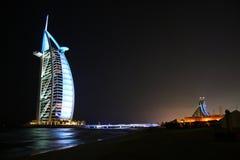 Árabe del Al de Burj, Dubai, por noche Foto de archivo libre de regalías