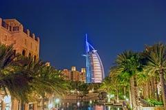 Árabe del Al de Burj en la noche foto de archivo libre de regalías