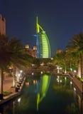 Árabe del Al de Burj en la noche foto de archivo