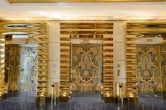 Árabe del al de Burj del hotel de las puertas del elevador, Dubai foto de archivo libre de regalías