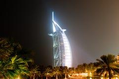 Árabe del Al de Burj que brilla intensamente en la noche foto de archivo