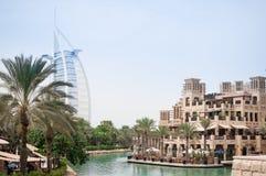 Árabe del al de Burj visto del hotel Dubai de Madinat Jumeirah Foto de archivo libre de regalías