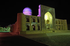 Árabe Madrasah de Miri en la iluminación coloreada en la noche Imagen de archivo libre de regalías
