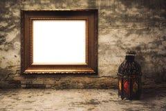 Árabe o Marruecos aligerado del estilo de la linterna con el marco de madera imagen de archivo