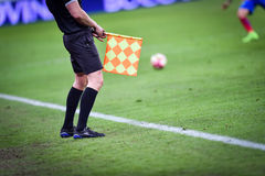 Árbitro assistente durante o fósforo de futebol Imagens de Stock