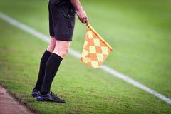 Árbitro assistente durante o fósforo de futebol Imagem de Stock